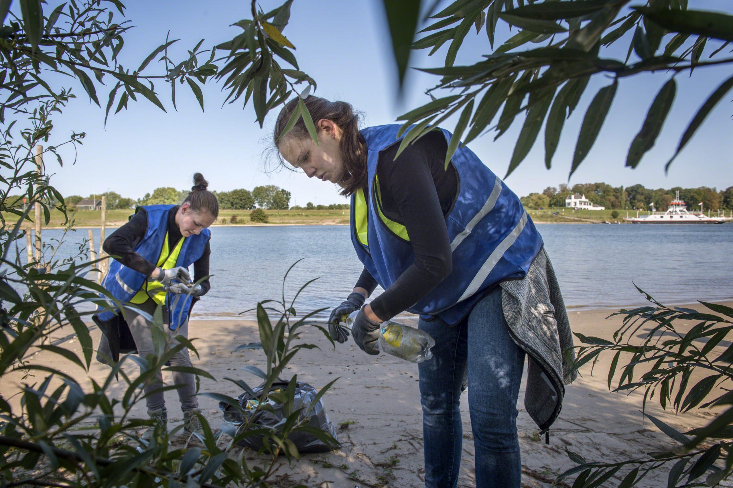 Opruimen flesjes rivieroever Lek - copyright Schone Rivieren